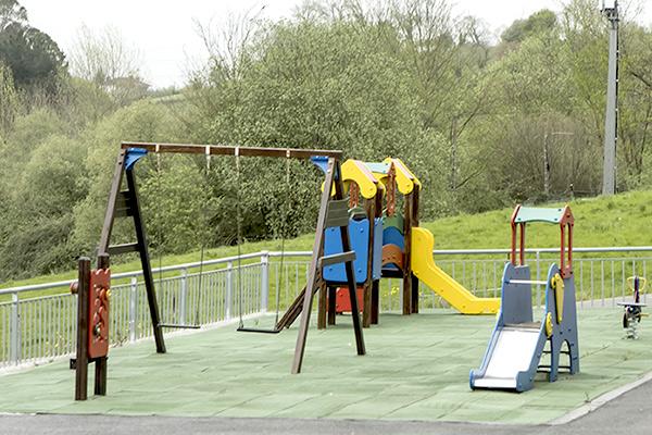 Zona exterior infantil de columpios